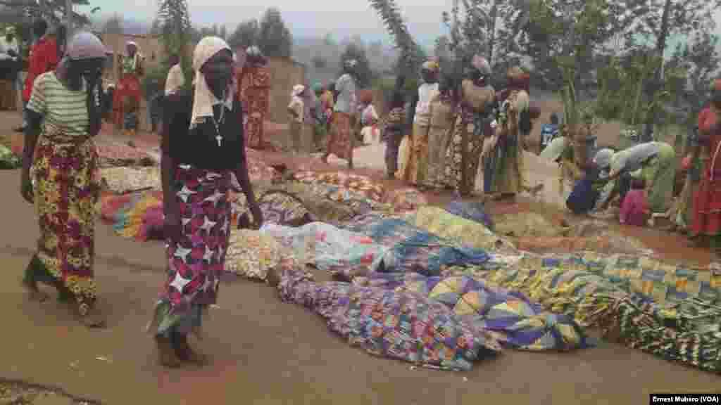 Plusieur cadavres exposés en public à Kamanyola, Sud-Kivu, le 16 septembre 2017. (VOA/Ernest Muhero)