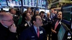 미국 뉴욕 월스트리트 증권가의 경제 전문가들. (자료사진)