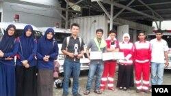 Sejumlah relawan tingkat mahasiswa menerima penghargaan atas dedikasi mereka dalam peringatan Hari Sukarelawan PMI di Banda Aceh (Foto: Budi Nahaba/ VOA Indonesia).