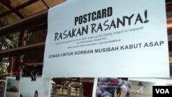Aksi menggalang dana di Solo untuk korban asap kebakan hutan dan lahan di Sumatera dan Kalimantan. (VOA/Yudha Satriawan)