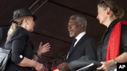 美國國務卿克林頓在加納總統約翰‧米爾遜的葬禮上與安南夫婦會面