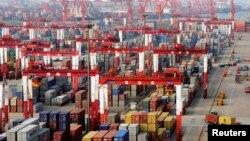 지난 6월 중국 칭다오 항에 수출용 컨테이너들이 쌓여있다. (자료사진)