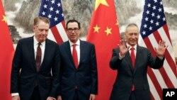 中国副总理刘鹤与美国贸易代表莱特希泽和财政部长姆努钦2019年5月1日在北京举行贸易会谈。