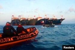 菲律賓海上警衛隊發布的其人員在南中國海惠特森礁附近駕駛橡皮艇靠近中國海上警衛隊船隻的照片。 (2021年4月13日)