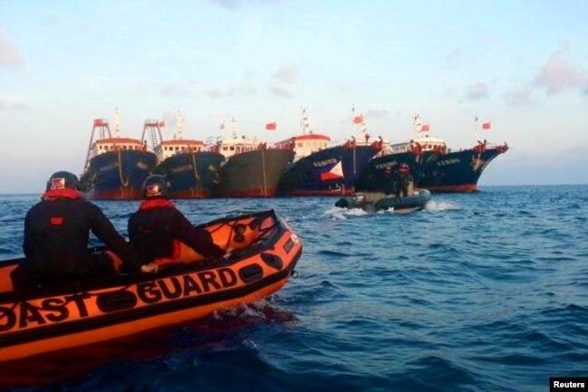 菲律宾海上警卫队发布的其人员在南中国海惠特森礁附近驾驶橡皮艇靠近中国海上警卫队船只的照片。(2021年4月13日)