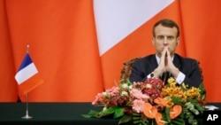 លោកប្រធានាធិបតីបារាំង Emmanuel Macron ចូលរួមសន្និសីទសារព័ត៌មានជាមួយនឹងប្រធានាធិបតីចិន Xi Jinping នៅសាលប្រជាជនចិនក្នុងទីក្រុងប៉េកាំង កាលពីថ្ងៃទី០៦ ខែវិច្ឆិកា ឆ្នាំ២០០១៩។