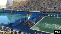 里约奥运两个赛池中水的颜色明显不同。美国之音记者布鲁尔2016年8月13日摄于里约。