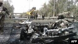 Xác chiếc xe được sử dụng trong một vụ đánh bom gần Khu vực Xanh ở Baghdad, ngày 18/4/2011