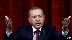 Le président turc Recep Tayyip Erdogan commente le coup militaire, à Ankara, Turquie, le 29 juillet 2016.