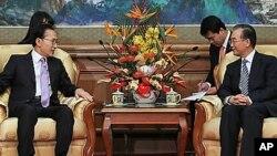 10일 베이징 조어대에서 원자바오 중국 총리와 환담하는 이명박 한국 대통령(좌)