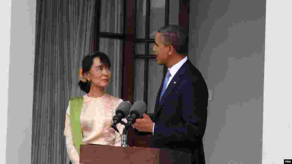 ປະທານາທິບໍດີ ສະຫະລັດ ທ່ານໂອບາມາ ແລະ ຜູ້ນໍາຝ່າຍຄ້ານ ທ່ານນາງ Aung Saan Suu kyi ທີ່ບ້ານພັກຂອງທ່ານນາງ ໃນນະຄອນຢ່າງກຸ້ງ ໃນວັນທີ 19 ພະຈິກ 2012