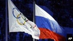 Le drapeau russe côtoie le drapeau olympique