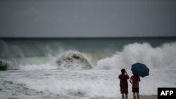 태풍 마이삭의 영향으로 한국 부산 해운대 해변에 파도가 거칠게 일고 있다.