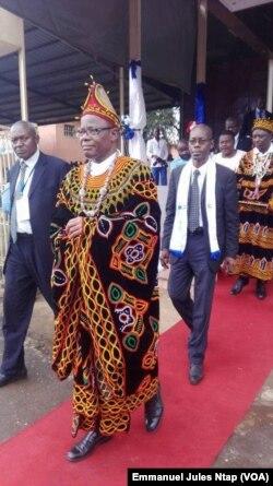 Maître Emmanuel Simh, avocat au barreau du Cameroun en second plan, le 12 novembre 2017. (VOA/Emmanuel Jules Ntap)