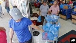 在艾玛飓风来袭之前,顾客在佛罗里达州海厄利亚的一家超市购物。(2017年9月5日)