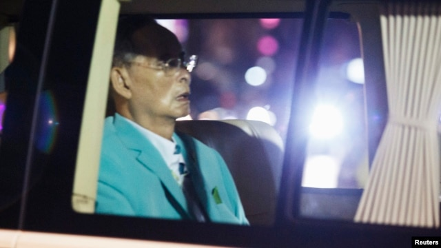 Thailand's King Bhumibol Adulyadej arrives in a van at Siriraj hospital in Bangkok, Aug. 6, 2014.