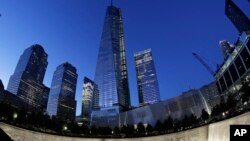 Tòa tháp One World Trade Center tại New York trên thác nước của đài Tưởng niệm Quốc gia và Viện Bảo tàng đang sắp hoàn thành.