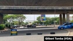 Un barrage de la police à Abuja, le 3 avril 2020. (VOA/Gilbert Tamba)
