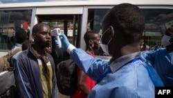 Umukozi w'ikigo gishinzwe ubuzima mu Rwanda apima umuturage Virusi ya Corona