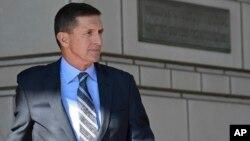 Mantan penasihat keamanan nasional Presiden Donald Trump, Michael Flynn, meninggalkan pengadilan federal hari Jumat (1/12).