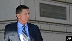Mantan Penasehat Keamanan Nasional Trump, Michael Flynn meninggalkan pengadilan federal di Washington, Jumat, 1 Desember 2017. (Foto: dok).