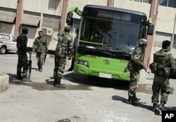 Des soldats syriens dans la banlieue de Damas