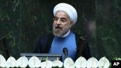 Presiden baru Iran, Hasan Rouhani berpidato di depan parlemen Iran setelah acara sumpah jabatan di Teheran, Iran (4/8).