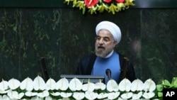 Presiden baru Iran yang baru dilantik, Hasan Rouhani memberikan sambutan seusai pengambilan sumpahnya di hadapan parlemen Iran di Teheran (4/8).