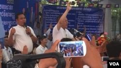 Eng Chhay Eang, vice president of CNRP, raised his hand to vote for its party's amendment of statues, Phnom Penh, Cambodia, Tuesday April 25, 2017. (Hul Reaksmey/VOA Khmer)
