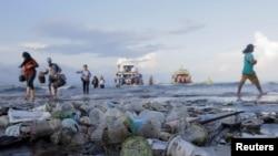 Tumpukan sampah mencemari Pantai Sanur, di Denpasar, Bali.