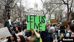 New York eyalet meclisi önünde iklim değişikliğini protesto eden gençler