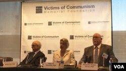 布鲁斯·科尔(左)、霍普·哈里森(中)和麦克斌·托马斯·欧文斯(右)在共产主义受难者纪念基金会的讨论会上(美国之音莫雨拍摄)