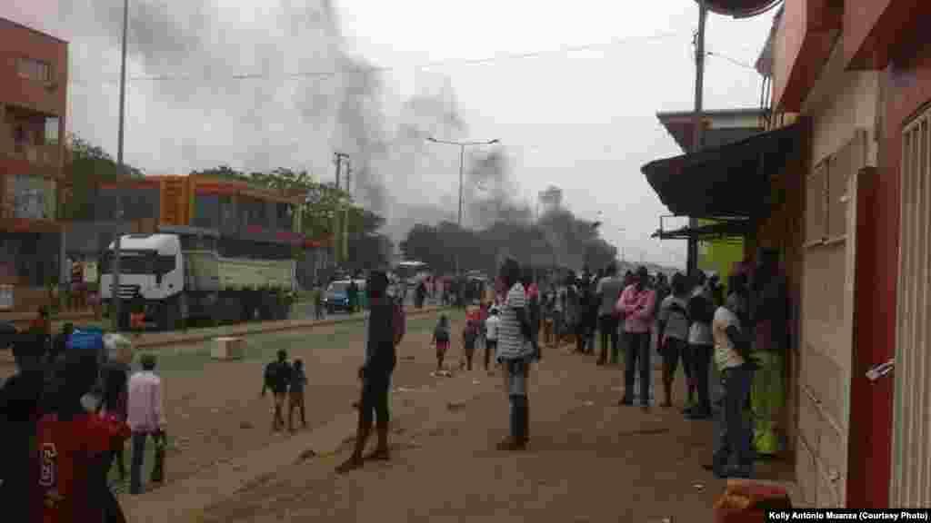 Des foules en atttente de rares moyens de transport, manifestent leur colère lors de la grève des conducteurs de taxi, àLuanda, Angola, 5 octobre 2015