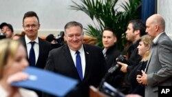 Menteri Luar Negeri Hongaria Peter Szijjarto (tengah) dan Mengeri Luar Negeri AS Mike Pompeo (tengah), tiba untuk menghadiri konferensi pers setelah pertemuan di Budapes, Hongaria, Senin, 11 Februari 2019.