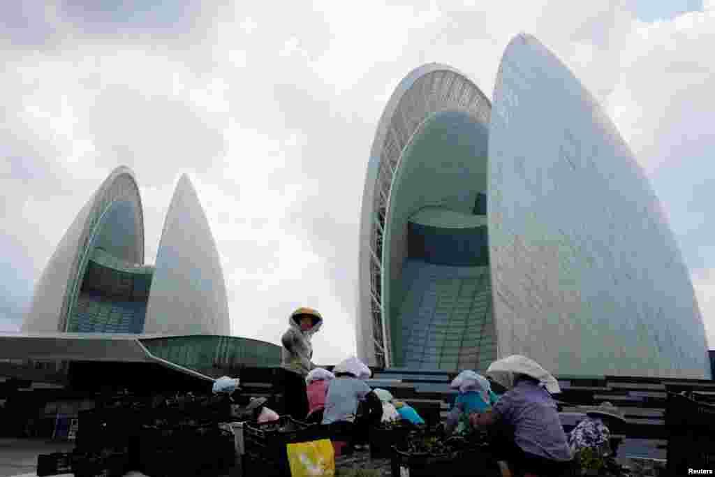2018年6月29日,在中国珠海市的珠海歌剧院前,工人种花。