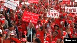 "Para aktivis gerakan politik ""Kaos Merah"" melakukan unjuk rasa di pinggiran Bangkok tahun lalu (foto: dok)."