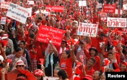 "Members of the pro-government ""red shirt"" group take part in a rally in Nakhon Pathom province, on the outskirts of Bangkok, May 11, 2014."