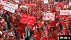 اعضای گروه هوادار دولت موسوم به «پيراهن سرخ» در تظاهرات در نزديکی بانکوک -- يکشنبه ۲۱ ارديبهشت (۱۱ مه)