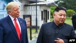 មេដឹកនាំកូរ៉េខាងជើងលោក Kim Jong Un និងប្រធានាធិបតីអាមេរិកលោក Donald Trump អំឡុងពេលជំនួបនៅព្រំដែនប្រទេសកូរ៉េទាំងពីរ កាលពីថ្ងៃទី៣០ ខែមិថុនា ឆ្នាំ២០១៩។