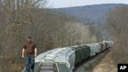 Bill Myles iz firme Wellsboro & Corning Railroad kontrolira kompoziciju od 75 vagona koji prevoze pijesak koji se koristi u frakturiranju stijenja u Pennsylvaniji