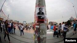 Sebuah poster bergambar PM Turki Tayyip Erdogan dipasang oleh para demonstran di Lapangan Taksim (7/6). PM Turki akan menggelar sidang kepemimpinan partainya, sementara protes anti-pemerintah di negaranya terus berlangsung memasuki hari ke-9.