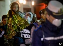 Một bé gái được đưa lên bờ ở bến cảng Sicily Pozzallo, Ý, sáng ngày 20 tháng 4, 2015.