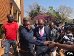 Opposition leader Tendai Biti who early this week fled to Zambia seeking asylum, arrives at the Harare Magistrates Court, Aug 10, 2018, to challenge his deportation from Zambia and his subsequent arrest. (C. Mavhunga/VOA)