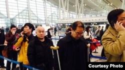發佈在網絡上的斷腿局長周旺炎架拐杖進京上訪的照片