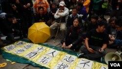 17位示威者在銅鑼灣佔領區靜坐等候警方拘捕,完成公民抗命 (美國之音 湯惠芸攝)