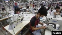 Công nhân làm việc tại một nhà máy ở Bắc Giang. IMF nói tăng trưởng cơ bản của Việt Nam được duy trì nhờ hoạt động sản xuất và đầu tư trực tiếp từ nước ngoài.