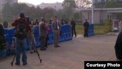 美、加和欧盟驻华使团人权事务官员在法庭外(网络图片)