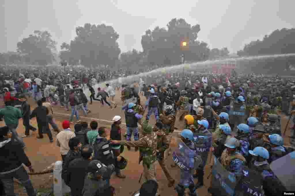 پولیس مظاہرین کو منتشر کرنے کے لیے پانی کا استعمال کر رہی ہے