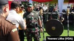 Panglima Kodam XIII/Merdeka Mayjend TNI Madsuni saat hadir dalam penutupan rangkaian operasi teritorial Sintuwu Maroso (19/5) di Mapane, Poso Pesisir utara, Kabupaten Poso, Sulawesi Tengah (foto: VOA)