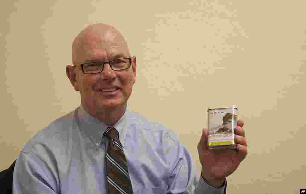 """多伊爾‧圖班特跟習近平同年,當時都是31歲。作為馬斯卡廷谷物處理公司的工程師,他帶著習近平參觀了生產設施。習近平送給他一盒""""峨眉名茶""""作為紀念,圖班特將包裝盒保存至今。他仍然在同一家公司工作,但崗位不同。圖班特目前擔任馬斯卡廷谷物公司的總裁。"""